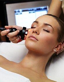 женщина на косметологической процедуре