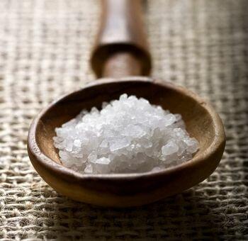 борьба с ороговевшим слоем кожи солевым пилингом