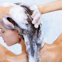 девушка моет волосы шампунем