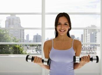 фитнесом с гантелями