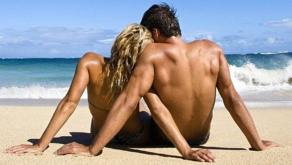 парень и девушка на море