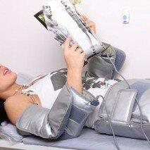 Женщина на процедуре прессотерапии