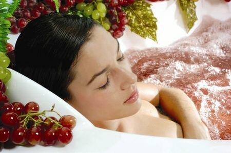 девушка в ванне с вином